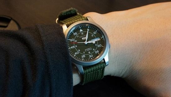 Đeo đồng hồ Seiko 5 SNK805 (SNK805K2)