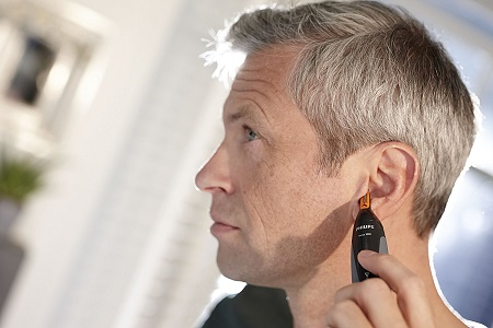 Làm vệ sinh lông tai với Máy cắt lông mũi philips nt3160/10