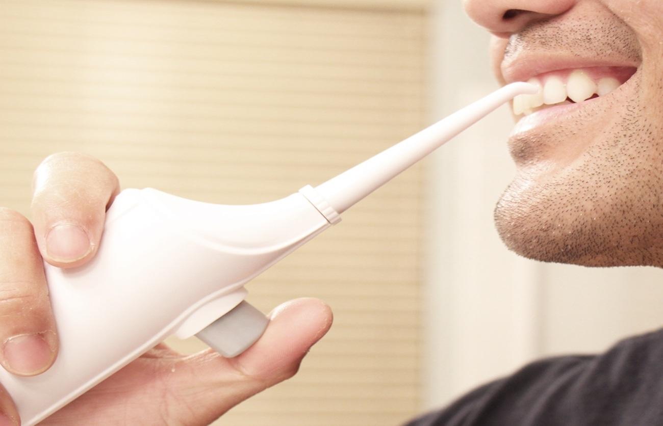 Xỉa răng bằng tăm nước