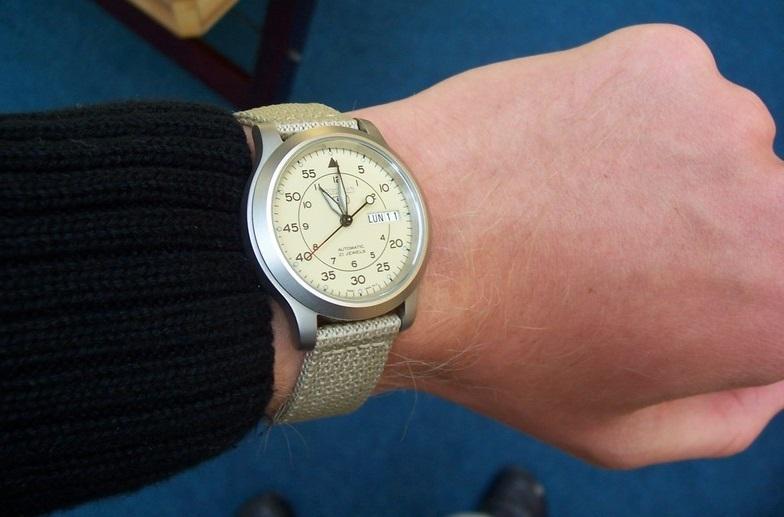 Đeo đồng hồ Seiko 5 SNK803 (SNK803K2)