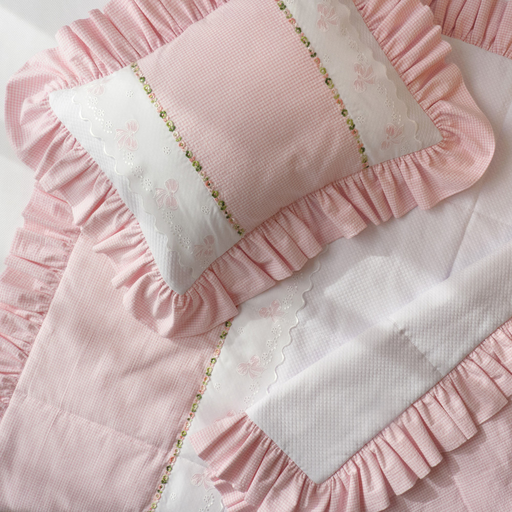 Ruffled pillow and quilted coverlet in pink 100% cotton seersucker with 'French Bow' and 'Flora' embroideries