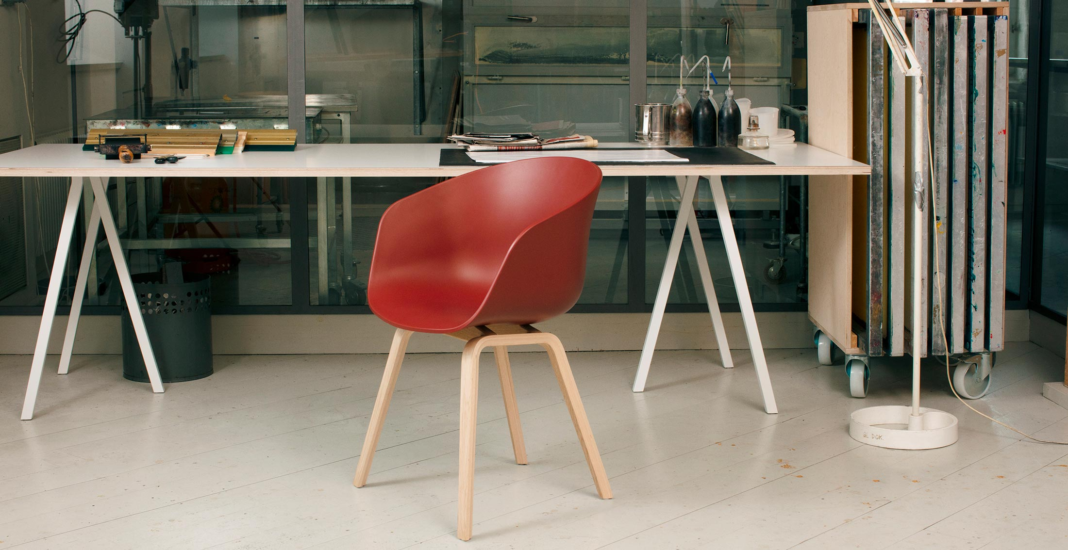 aac-22-warm-red-shell-matt-lacquer-oak-base-loop-stand-table-white-web.jpg