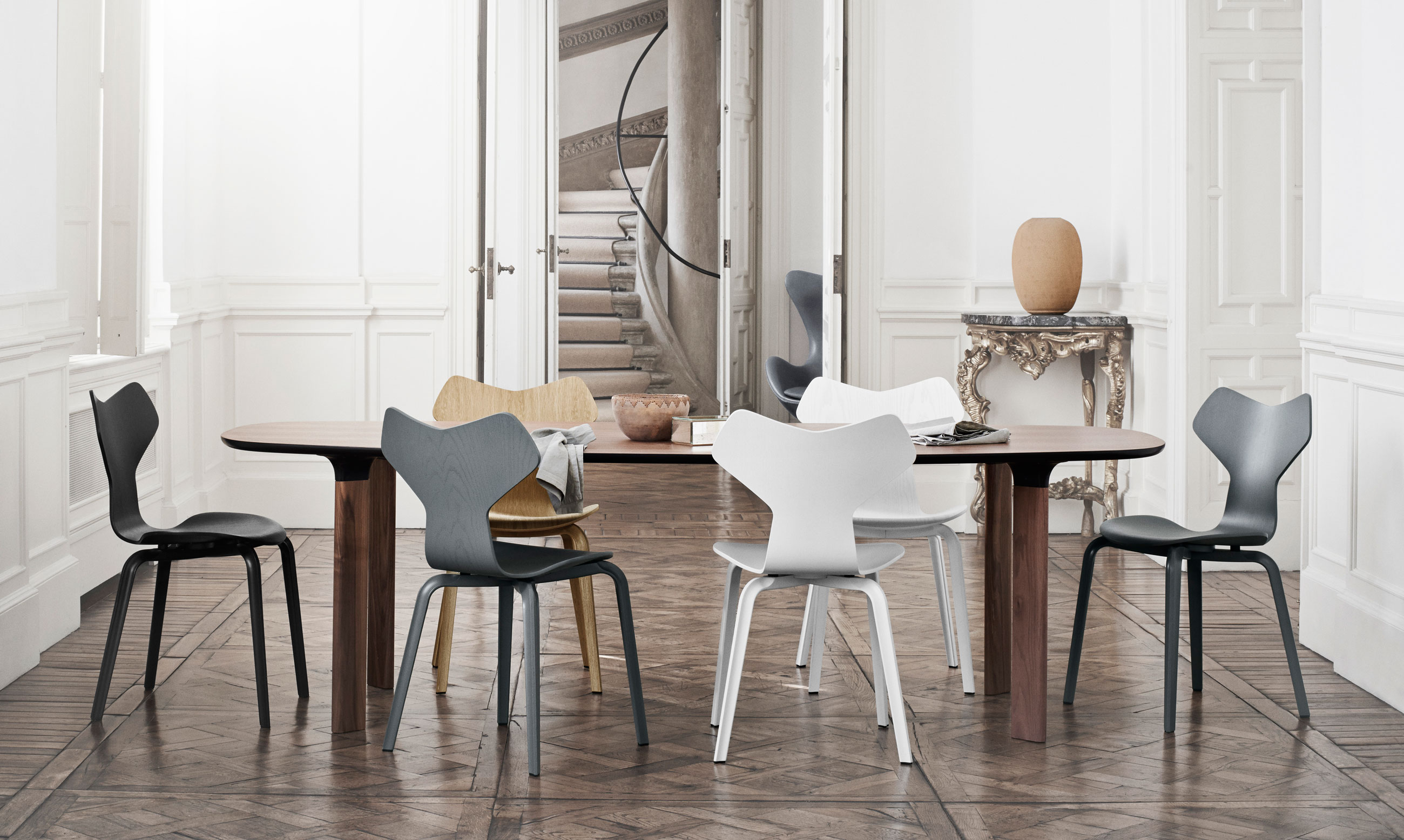 Fritz Hansen Analog Dining Table JH83 Walnut Veneer and Walnut Base with Grand Prix Chairs