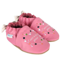 """Baby shoes for girls in pink leather embroidered with the words """"I want to be a genius""""."""