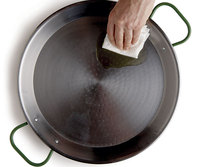 Oiling a carbon steel paella pan