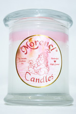 Soothing woodsy bouquet with soft peach, leafy greens and nuances of sweet orange. Middle notes are wild flowers of violets,  forget-me-nots and brier roses on a bed of velvety mousse de chine and musk. (Color-White with Pink Crown)