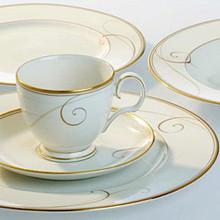 Golden Wave features a delicate scroll motif interpreted as waves washing against the 22 K embossed gold rim, all on a fine white porcelain body. The resulting effect creates a bold yet elegant dining statement that beautifully combines a modern 'feel' with a formal 'look'.