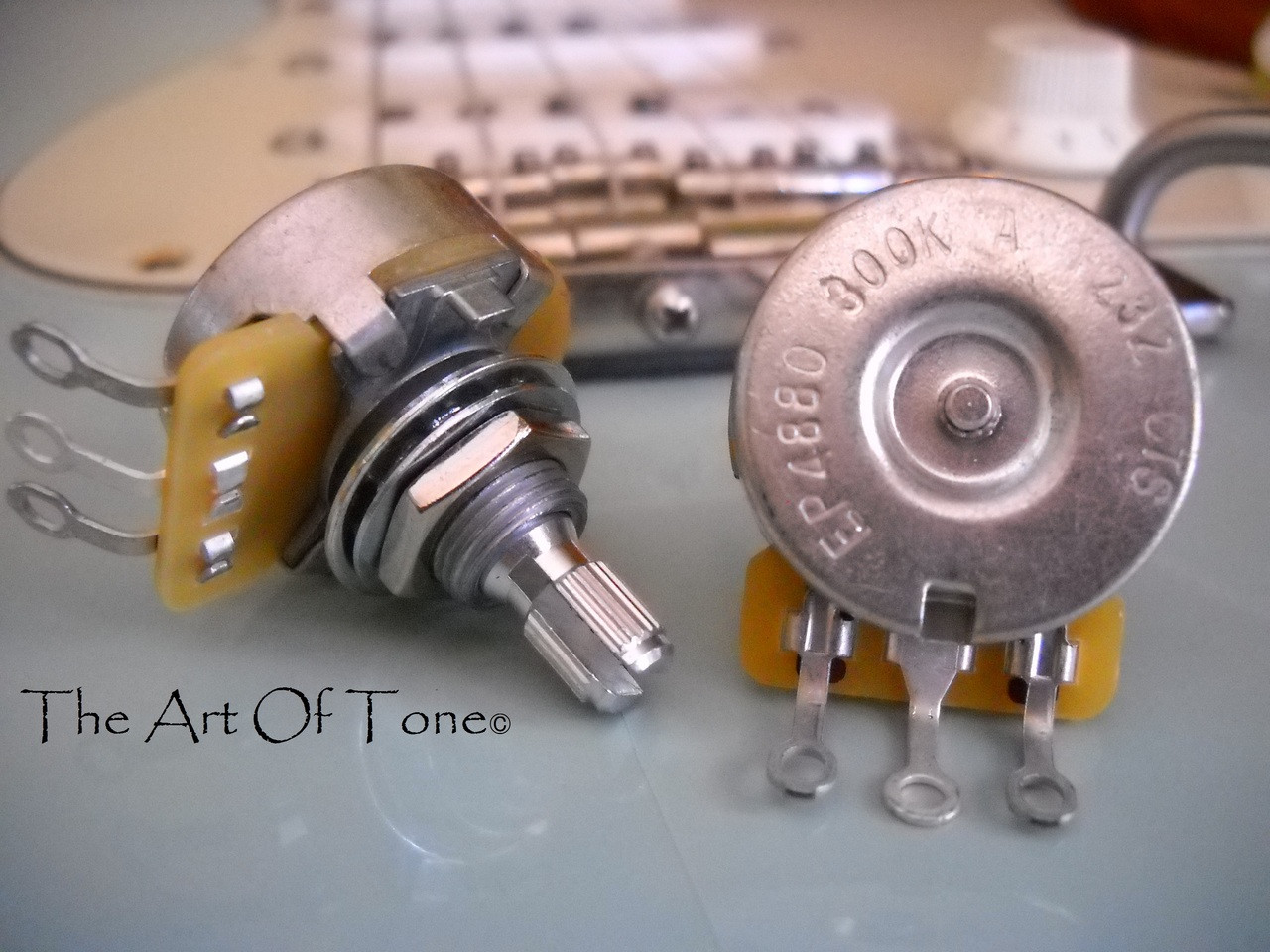 CTS 300K Vintage-Style Potentiometer - Short SPLIT Shaft - Audio Taper -  10% Tolerance