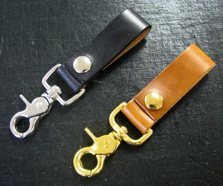 Leather belt key holders in black and natural leather