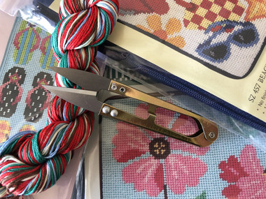 Compact neeedlepoint scissors in gold