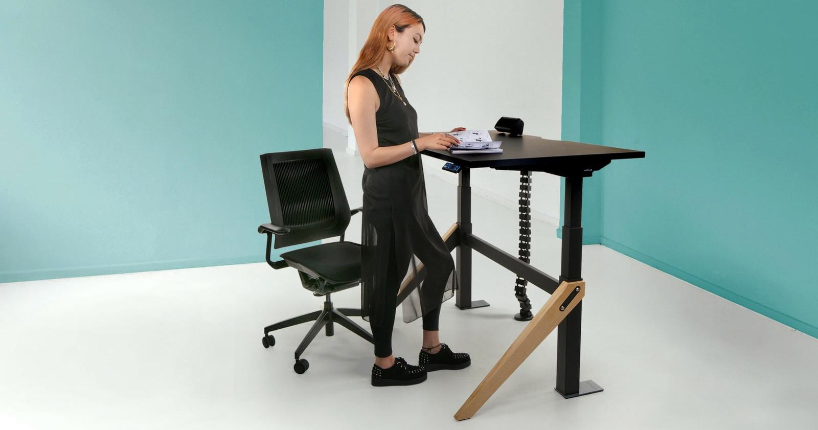 koplus-kin-sit-stand-desk-black-and-pine-in-situ-web.jpg
